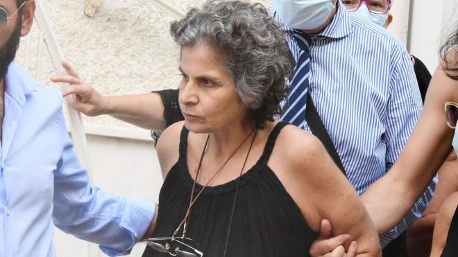 Η Μαργαρίτα Θεοδωράκη τη μέρα θανάτου του πατέρα της έξω από το σπίτι του- φωτογραφία ndp