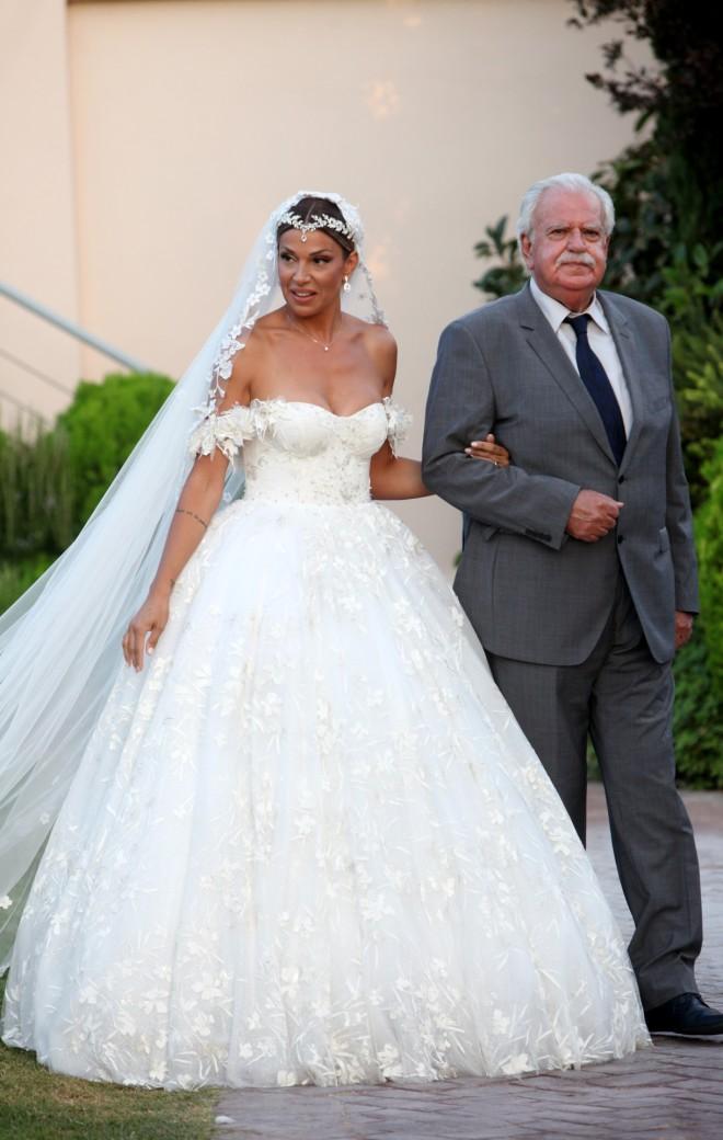 Η νύφη έλαμπε από ευτυχία