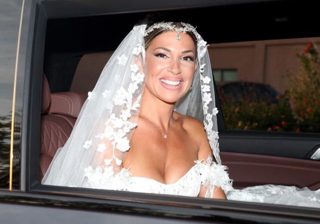 Απαστράπτουσα η νύφη μέσα στο princess νυφικό της