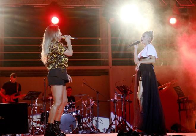 Η Έλενα Παπαρίζου και η Τάμτα έδωσαν μία μοναδική συναυλία στο Βεάκειο Δημοτικό Θέατρο Πειραιά.