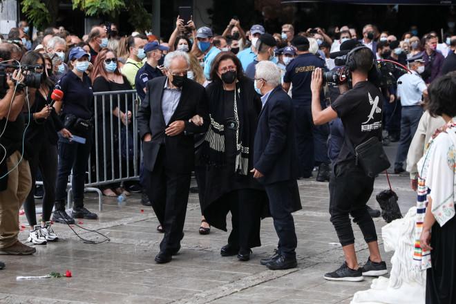ΗΜαρία Φαραντούρη με τον σύζυγό της κατά την άφιξη τής στη Μητρόπολη Αθηνών- Eurokinissi