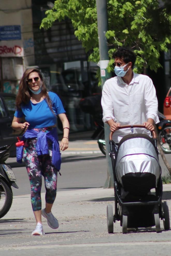 Ορφέας Αυγουστίδης: Βόλτα με τη σύντροφο και το παιδί τους στην Αθήνα