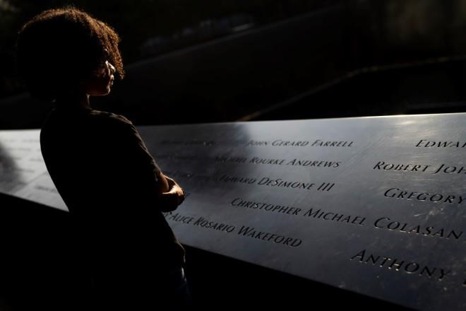 Αμερικανίδα στο μνημείο των θυμάτων στο Ground Zero