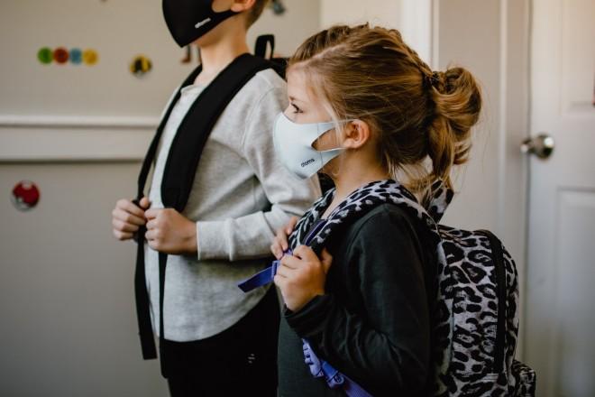 παιδιά με μάσκες στα σχολεία - κορωνοϊός
