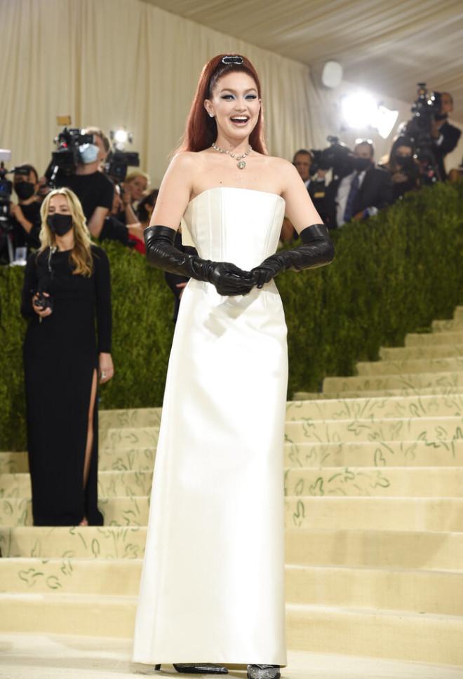 H Gigi Hadid με Prada look.