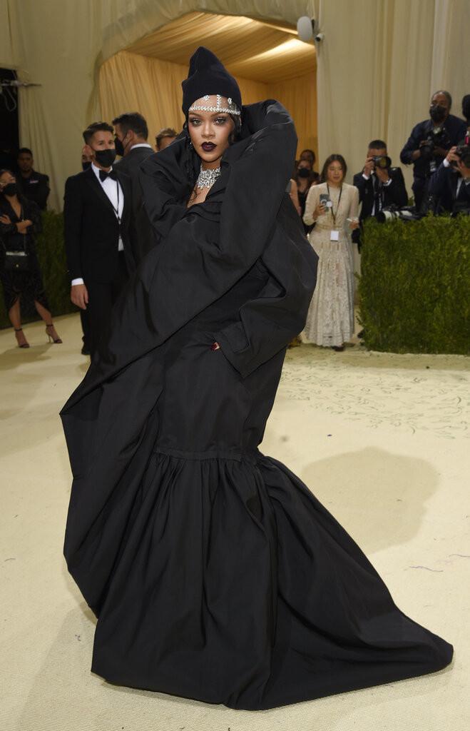 H Rihanna με Balenciaga