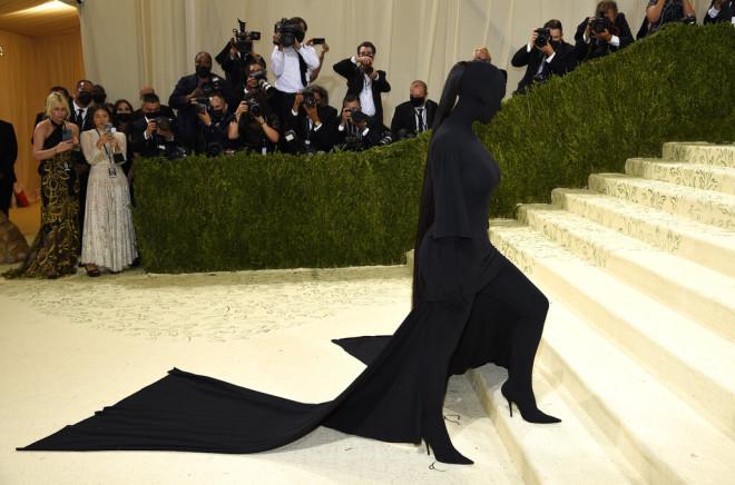 H Kim Kardashian με Balenciaga.