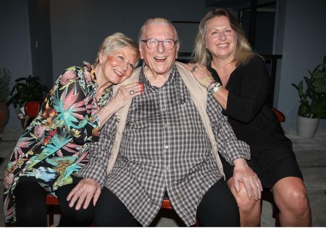 Η Σάντρα Βουτσά μαζί με τους γονείς της, Κώστα Βουτσά και Έρρικα Μπρόγιερ/ φωτογραφία NDP