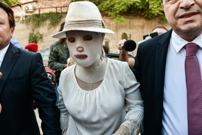 Η πρώτη εμφάνιση της Ιωάννας κατά την έναρξη της δίκης για την επίθεση με το βιτριόλι- πηγή Eurokinissi
