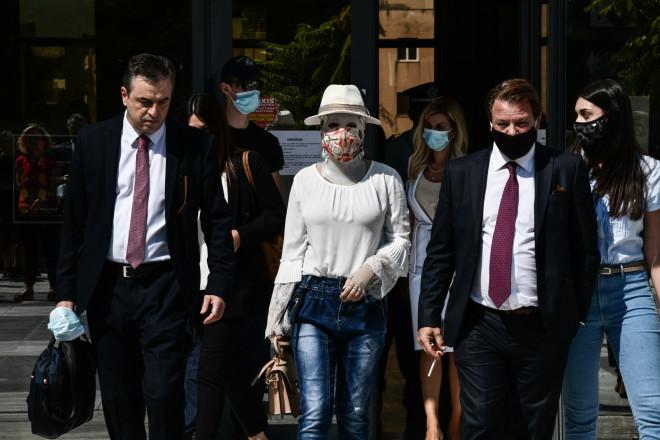 Η Ιωάννα με τους δικηγόρους της κατά την έναρξη της δίκης για την επίθεση με βιτριόλι- πηγή Eurokinissi