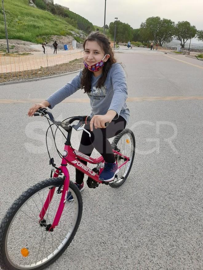 Η Αρεζού η 12χρονη μαθήτρια που πήρε υποτροφία στην Βοστώνη, κάνει ποδήλατο