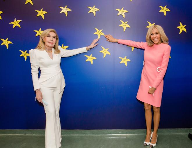Η Brigitte Macron τοποθετεί το Αστέρι με το όνομά της στον Τοίχο των Αστεριών της ΕΛΠΙΔΑΣ