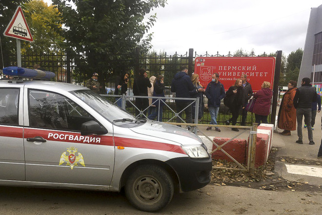 Aστυνομικές δυνάμεις έξω από το πανεπιστήμιο όπου ένοπλος άνοιξε πυρ- φωτογραφία ΑΡ