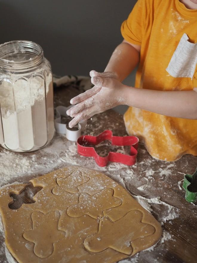Φτιάχνοντας κουλουράκια σε σχήματα, προσελκύεται το ενδιαφέρον του παιδιού για το φαγητό