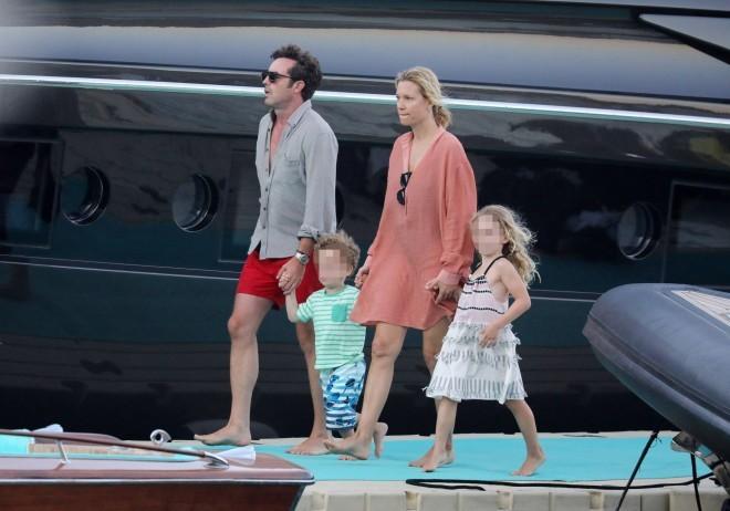 Η Βίκυ Καγιά με τον σύζυγο και τα παιδιά τους από τις διακοπές τους στη Μύκονο