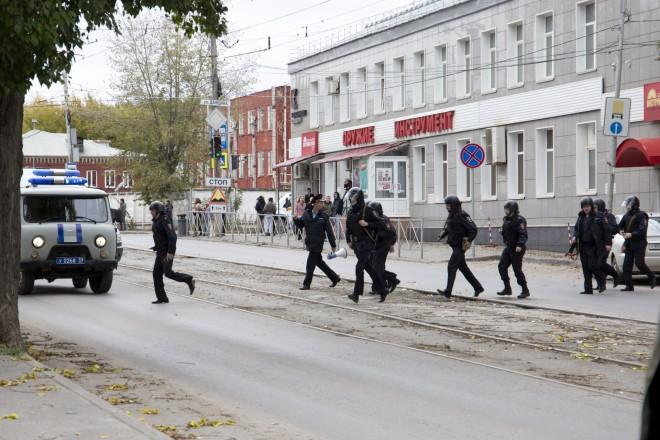 Αστυνομικές δυνάμεις έξω από το πανεπιστήμιο της Ρωσίας όπου ένοπλος σκόρπισε τον θάνατο- φωτογραφία ΑΡ