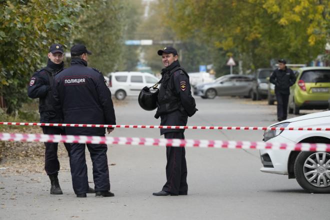 Αστυνομικές δυνάμεις έξω από το πανεπιστήμιο όπου έγινε η ένοπλη επίθεση - φωτογραφία ΑΡ