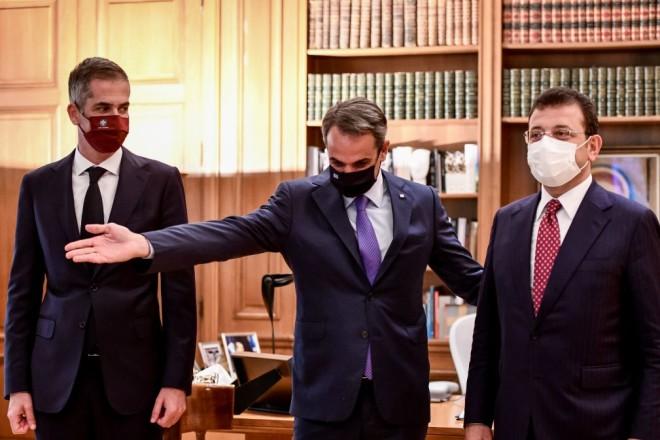 Ο Κ. Μητσοτάκης με τους δημάρχους Ε. Ιμάμογλου και Κ. Μπακογιάννη στο Μέγαρο Μαξίμου