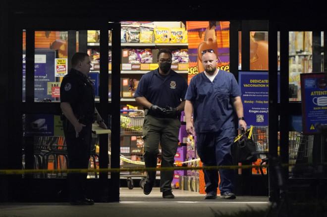 Αστυνομικοί στο σούπερ μάρκετ τουΤενεσί όπου σημειώθηκαν πυροβολισμοί - φωτογραφία ΑΡ