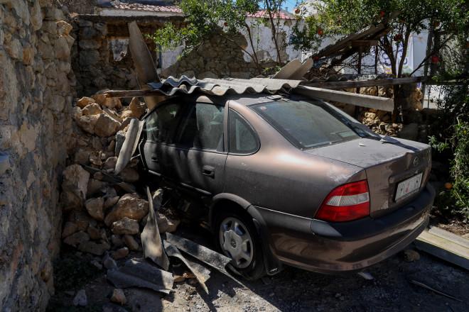 Καταπλακωμένο αυτοκίνητο από συντρίμμια, μετά το σεισμό των 5,8 Ρίχτερ στο Αρκαλοχώρι