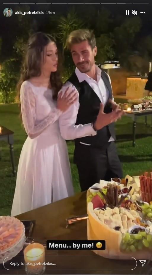 Ο Άκης Πετρετζίκης ντυμένος γαμπρός