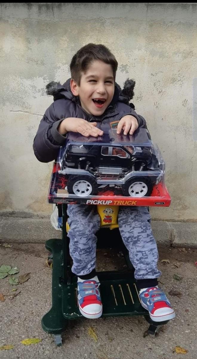 Ο Γιαννάκης στο αναπηρικό καροτσάκι. Το παιδί γεννήθηκε με εγκεφαλική παράλυση του τύπου της σπαστικής τετραπληγίας