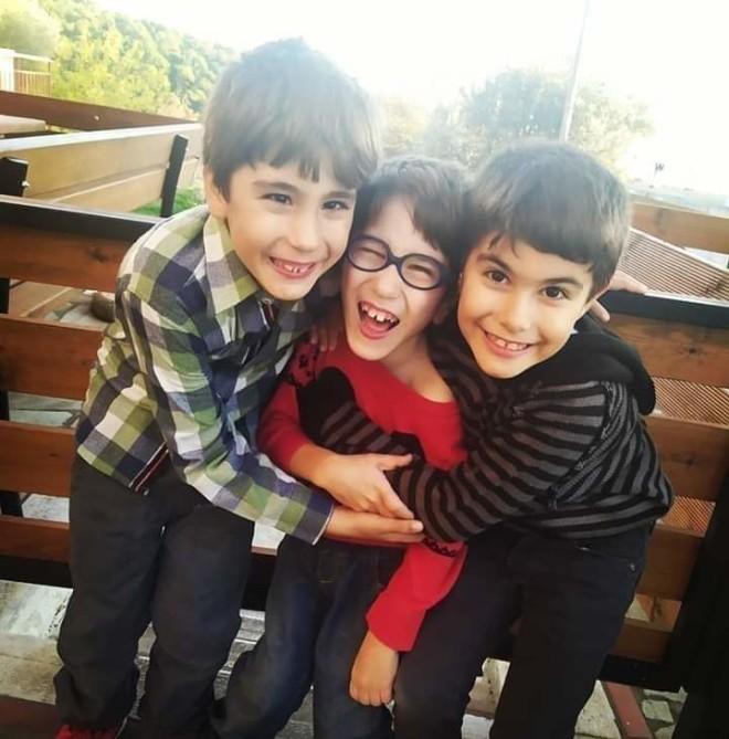 Ο μικρός Γιαννάκης με τα αδερφάκια του.