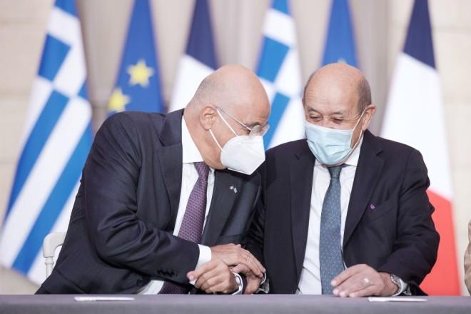 Δένδιας Λε Ντριάν στην υπογραφή της αμυντικής συμφωνίας στο Παρίσι