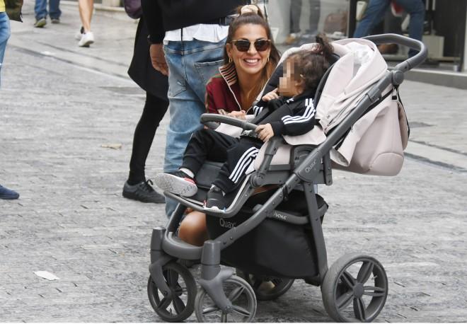 Η Ελένη Χατζίδου ποζάρει χαμογελαστή δίπλα στην κόρη της