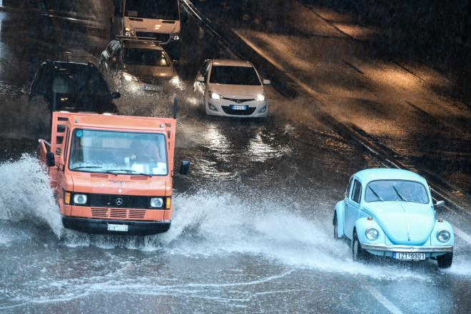 κινηση αυτοκινήτων βροχή