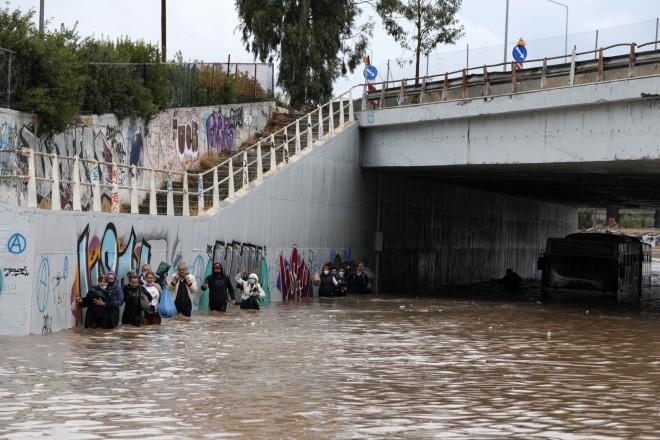 Οι επιβάτεςεκκένωσαντο λεωφορείο που εγκλωβίστηκε κάτω από γέφυρα στην Παλαιά Ποσειδώνος- φωτογραφία ΑΡ