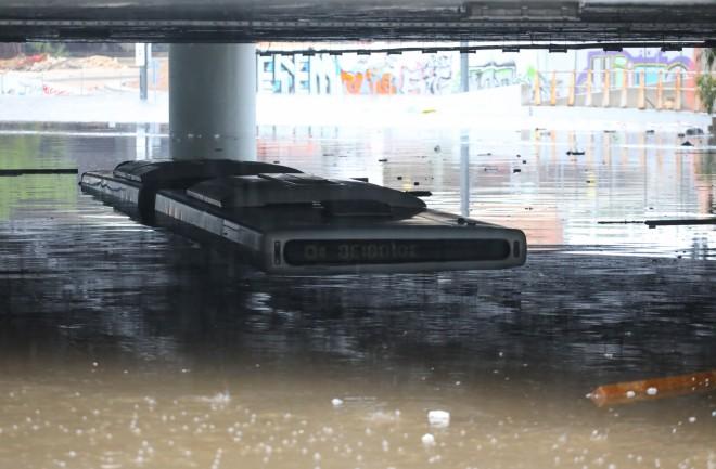 Το λεωφορείο σχεδόν καλύφθηκε από τα νερά μέχρι το βράδυ της Πέμπτης- φωτογραφία ΙΝΤΙΜΕ