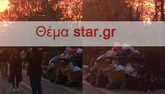 Τουρίστες προσπαθούν να βγάλουν φωτο την Ακρόπολη