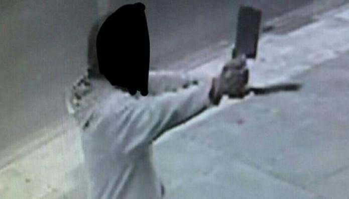 ΣΥΝΑΓΕΡΜΟΣ στο Λονδίνο: Άνδρας επιτέθηκε με μπαλτά σε περαστικούς