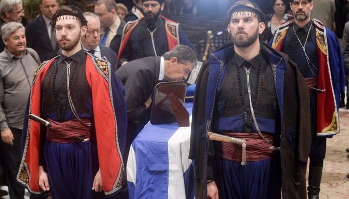 Με τις παραδοσιακές φορεσιές τους σύλλογοι από την Κρήτη