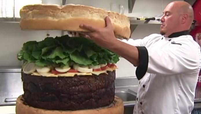 Ρεκόρ Γκίνες για το «Απολύτως Γελοίο Μπέργκερ»! Ζυγίζει 68 κιλά