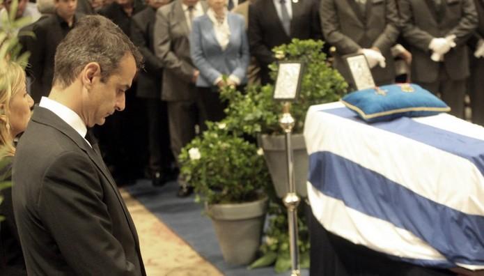 Ο Κυριάκος Μητσοτάκης αποχαιρετά τον πατέρα του με δάκρυα