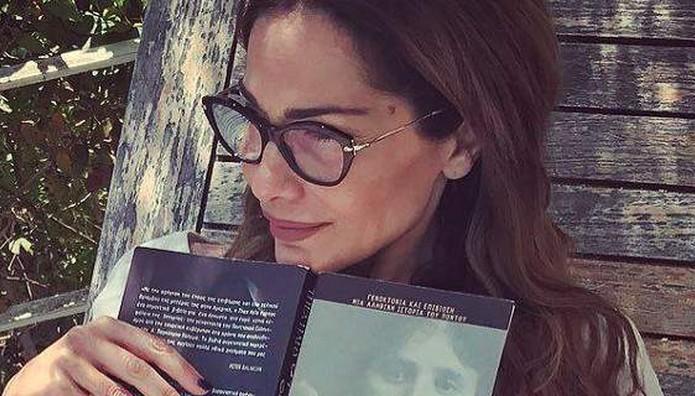 Δέσποινα Βανδή: Φοράει γυαλιά πρεσβυωπίας και… ΤΡΟΛΑΡΕΙ τον εαυτό της!