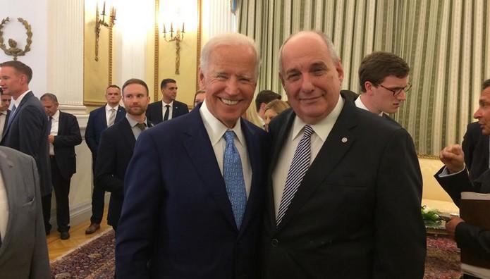 Όταν Μπάιντεν και Κουίκ αντάλλαξαν ευχές και… γραβάτες!