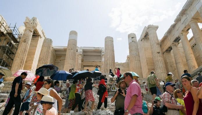Τουρίστες στον βράχο της Ακρόπολης