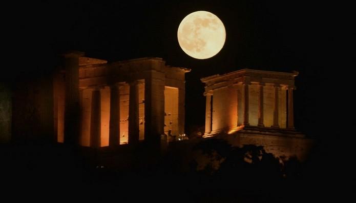 ΜΑΓΕΙΑ! Το ολόγιομο φεγγάρι λούζει με φως την Ακρόπολη