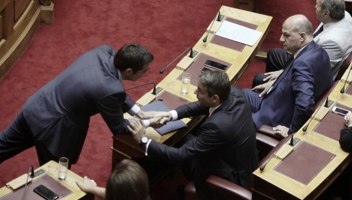 Πήγε στο έδρανο του Μητσοτάκη για να τον συλλυπηθεί ο Αλέξης Τσίπρας (ΦΩΤΟ)