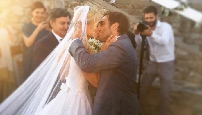 Μετά το γάμο… το παθιασμένο ΦΙΛΙ της χρονιάς! Η νύφη Δούκισσα Νομικού ΛΙΩΝΕΙ στην αγκαλιά του συζύγου της