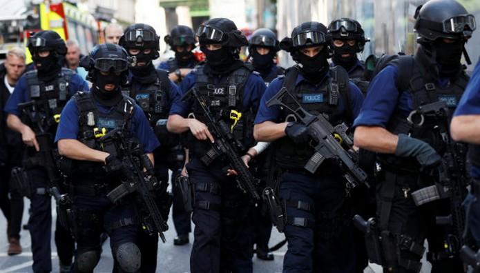 ΣΥΝΑΓΕΡΜΟΣ στο Λονδίνο! Έφοδος της βρετανικής αστυνομίας σε συγκρότημα διαμερισμάτων στο Μπάρκινγκ