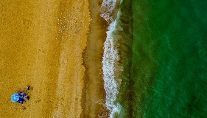 Oικογένεια στην Αυστραλία απολαμβάνει ΜΟΝΗ της μια ολόκληρη παραλία