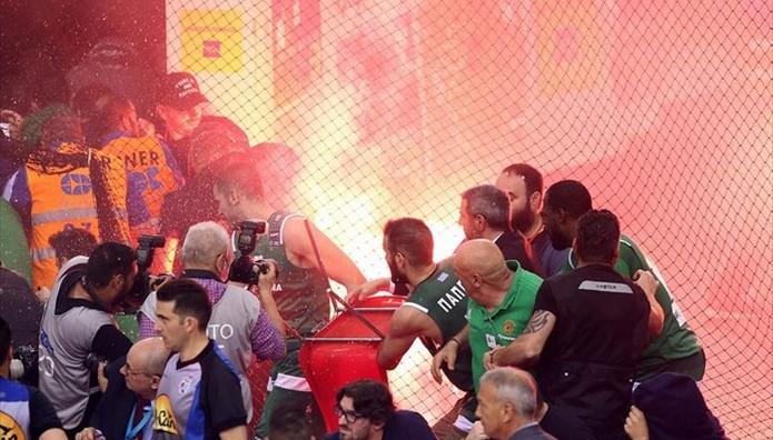 Ολυμπιακος – Παναθηναϊκός- διακοπή στο ματς στο 49-66! Βροχή φωτοβολίδων-Στα αποδυτήρια οι παίκτες
