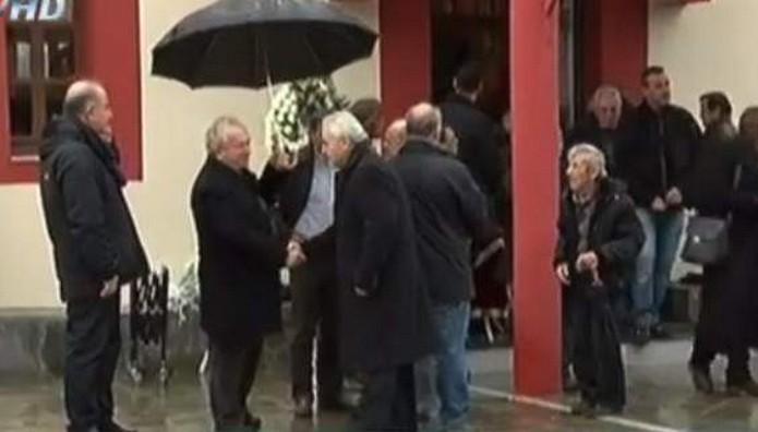 Σπαράζει η μάνα του αστυνομικού στους Αγίους Αναργύρους