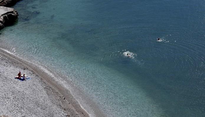 Ανοιξιάτικο μπάνιο στην παραλία της Αρβανιτιάς