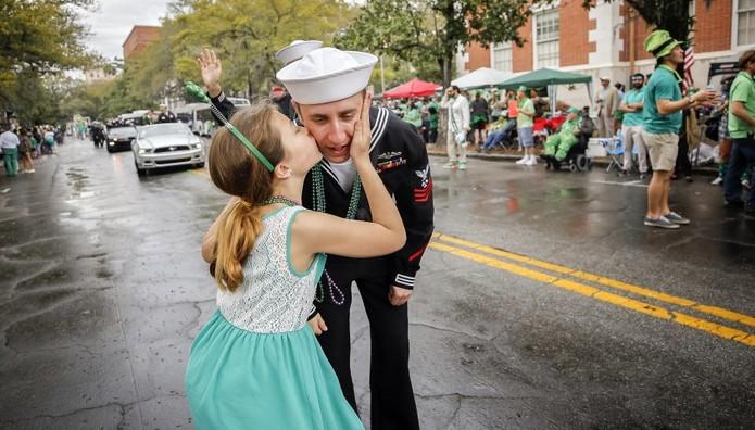 Ένα φιλί για τον ναύτη που παρελαύνει για την St. Patrick's Day στη Georgia των ΗΠΑ