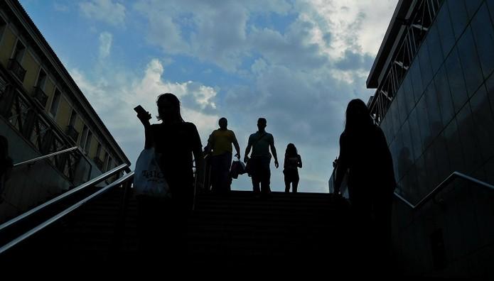 Επιδότηση έως 500 ευρώ σε 15.000 νέους άνεργους – Ποιους αφορά